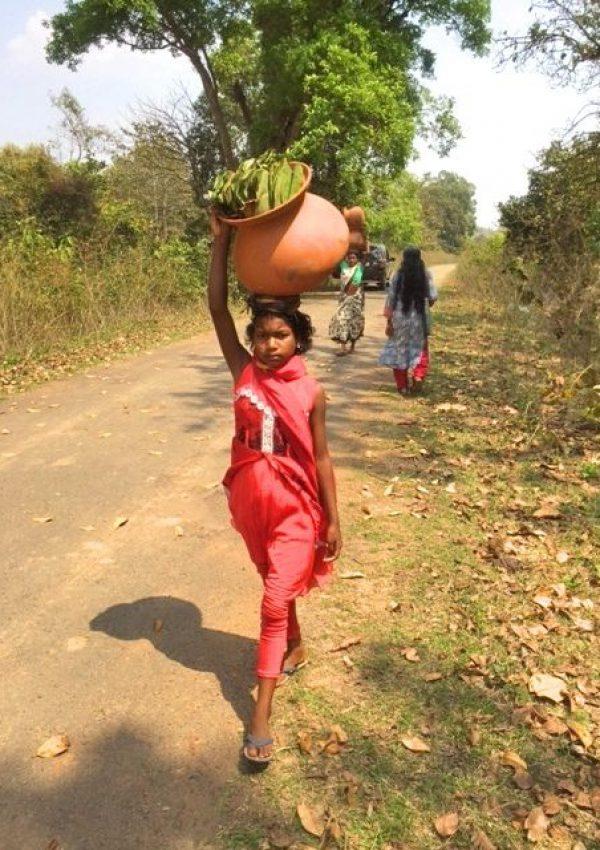 Frau auf dem Weg zum Markt wo auch die Heilkräuter verkauft werden